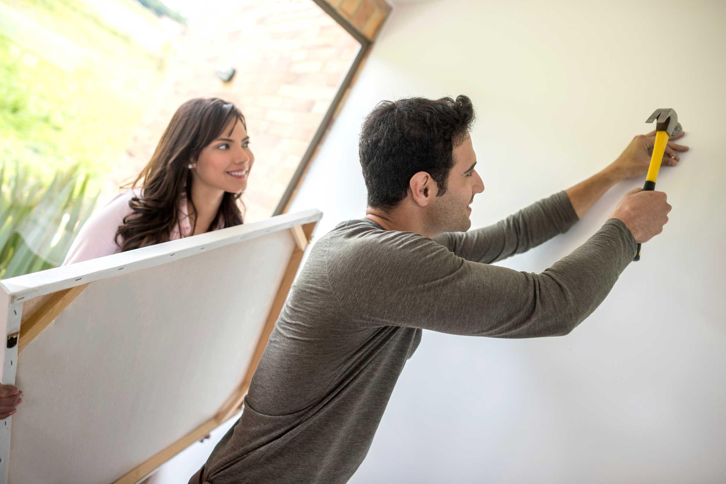 Non fidarsi dell'istinto, le giuste regole per sistemare i quadri in casa